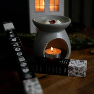 A selection of 10 Vegan wax melts in winter aromas. The gift set includes 10 melts in a beautiful gift box and a burner with tea lights, all in a gift bag.